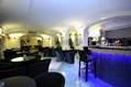 Sorseggiare un drink nell'elegante e accogliente Bar.